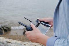 Telecomando della maniglia delle donne del fuco durante la cattura fotografie stock libere da diritti