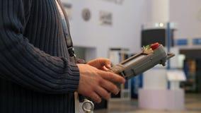 Telecomando della tenuta dell'uomo per il braccio di robotica che technowelding sull'industria archivi video