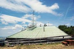 Telecommunicatie die op de Zobor-heuvel dichtbij Nitra-stad voortbouwen Stock Foto's