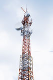 Telecommunicatie radiotoren over bewolkte hemel Royalty-vrije Stock Afbeelding