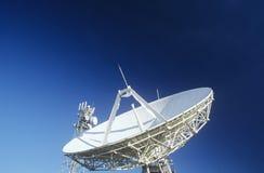 Telecommunicatie satellietschotel en communicatie torens royalty-vrije stock afbeelding