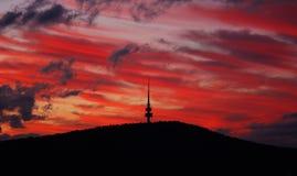 Telecommunicatie toren bij zonsondergang royalty-vrije stock foto