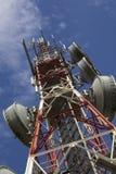 Telecommunicatie toren tegen blauwe hemel Stock Afbeelding