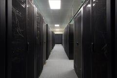 Telecommunicatie-uitrusting in de zwarte rekken Stock Foto