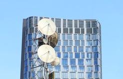 Telecommunicatie-uitrusting en de moderne bouw Stock Foto's