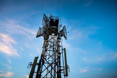 Telecommunicatieantenne voor radio, televisie en telefoon met blauwe hemel stock foto