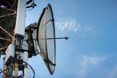 Telecommunicatieantenne voor radio, televisie en telefoon met blauwe hemel royalty-vrije stock afbeeldingen