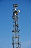 Telecommunicatiemast met blauwe hemel Stock Afbeelding