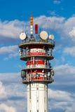 Telecommunicatietoren met antennes en blauwe hemel Royalty-vrije Stock Afbeeldingen