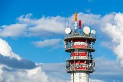 Telecommunicatietoren met antennes en blauwe hemel Royalty-vrije Stock Afbeelding