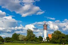 Telecommunicatietoren met antennes en blauwe hemel Royalty-vrije Stock Foto