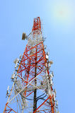 Telecommunicatietoren met blauwe hemel Stock Afbeelding