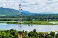 Telecommunicatietoren op de waterkant wordt gevestigd die Stock Fotografie