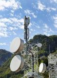 Telecommunicatietoren tegen blauwe hemel stock afbeeldingen