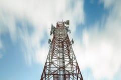 Telecoms buduje wierza pod ruch chmurą z długim ujawnieniem Fotografia Royalty Free