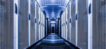 Telecomunicación interior de Internet del sitio del servidor de alta tecnología en datacenter Filas de rackes con supercomuters C imagenes de archivo