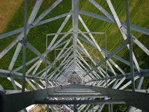Telecomunication torn på ett fält Arkivbild