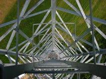 Telecomunications-Turm auf einem Feld stockfotografie