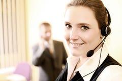 Telecomunicazione nel luogo di lavoro Immagini Stock Libere da Diritti