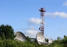 Telecomunicazioni via satellite dell'antenna parabolica Fotografie Stock Libere da Diritti