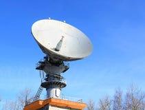 Telecomunicazioni via satellite dell'antenna parabolica Immagine Stock
