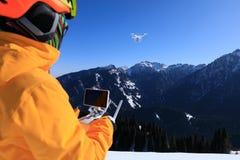 Telecontrole que controla um zangão do voo Fotografia de Stock Royalty Free