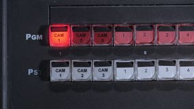 Teledirector schaltet eine Kamera ein und drückt Schlüssel auf einem Bedienfeld in Fernsehstudio stock footage