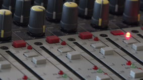 Teledirigido de acústica y del sistema de sonido audios en la difusión de varios canales almacen de video