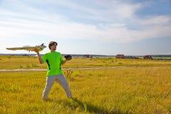Teledirigido para el quadrocopter, primer Transmisor para el dispositivo móvil que controla en las manos masculinas, naturaleza b Imagen de archivo libre de regalías