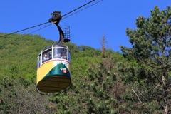 Teleférico amarelo com os turistas em Pyatigorsk, Rússia imagem de stock royalty free