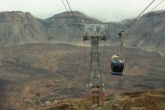 Teleférico azul del ferrocarril aéreo sobre el cráter de la erupción Fotos de archivo
