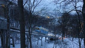 Teleférico de Kiev na noite do inverno imagens de stock