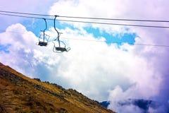 Teleférico de la góndola en montañas Fotografía de archivo