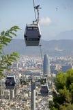 Teleférico de Montjuïc e vista de Barcelona com ries do ² de Torre Glà Imagem de Stock