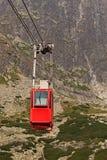 Teleférico del carro contra la perspectiva de las montañas rocosas hermosas Imágenes de archivo libres de regalías
