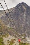 Teleférico del carro contra la perspectiva de las montañas rocosas hermosas Imagen de archivo libre de regalías