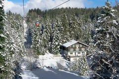 Teleférico do fundo da paisagem da montanha em Suíça fotografia de stock royalty free