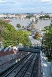 Teleférico do monte do castelo de Budapest e ponte Chain imagens de stock royalty free