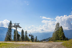 Teleférico em um fundo das montanhas Imagens de Stock