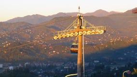 Teleférico en Batumi Cabina con la gente que levanta el teleférico contra el contexto de montañas metrajes