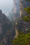 Teleférico en las montañas irreales en el parque nacional de China Fotos de archivo