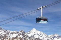 Teleférico en las montañas suizas Imagen de archivo