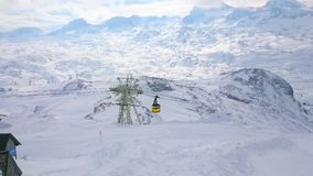Teleférico a lo largo del soporte de Krippenstein, montañas de Dachstein, Austria