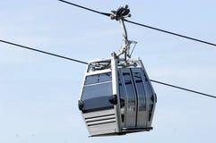Teleférico na linha isolada no céu azul Cabo aéreo modular Imagem de Stock Royalty Free