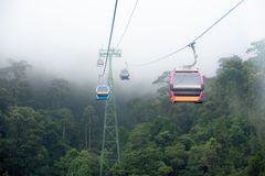 Teleférico na névoa Fuga de natureza bonita Da Nang, Vietnam fotos de stock royalty free