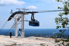 Teleférico na parte superior de pedra da montanha em Geórgia Foto de Stock Royalty Free