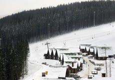 Teleférico para los esquiadores imagen de archivo