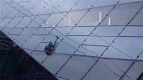 Teleférico que vai acima a linha com reflexão abstrata na arquitetura de vidro moderna Formas geométricas, fundo arquitetónico video estoque