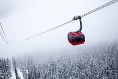 Teleférico rojo de niebla Fotos de archivo