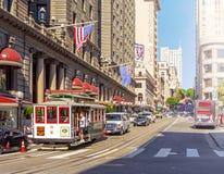 Teleférico tradicional carregado com os movimentos dos turistas no tráfego de cidade perto de Union Square em San Francisco fotos de stock royalty free
